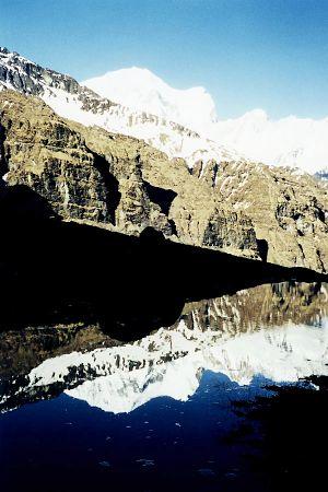 Gandharba Chuli, reflectat într-un mic lac din ABC, foto Marius